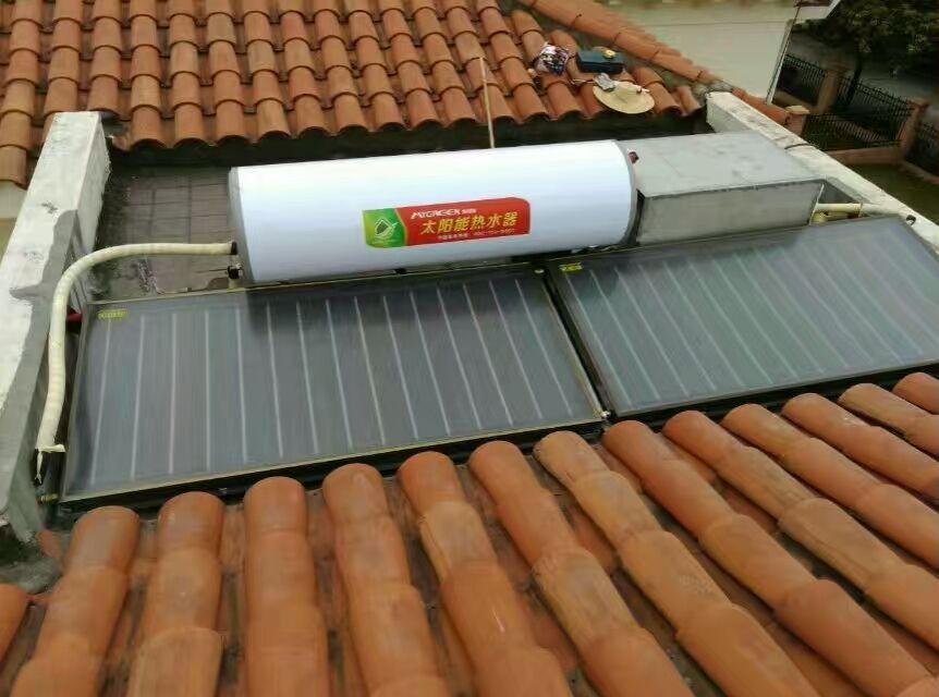 客户的别墅可供安装面积不大,最重要的是,整体高度有要求。所以,美格瑞给客户设计了一套分体式/一体式可调节型的太阳能热水器。系统才用2片2000x1000x70mm横集管式集热器,一台260L卧式承压水箱,一台RS15-6威乐循环小水泵,一套BF160A分体承压太阳能专用控制器,一套针对安装地针对性设计的支架组成。控制器接入室内,方便随时查看操作。有别墅区分体式太阳能热水器项目的,可以联系美格瑞,美格瑞可以根据实际情况量身定做最优产品系统。